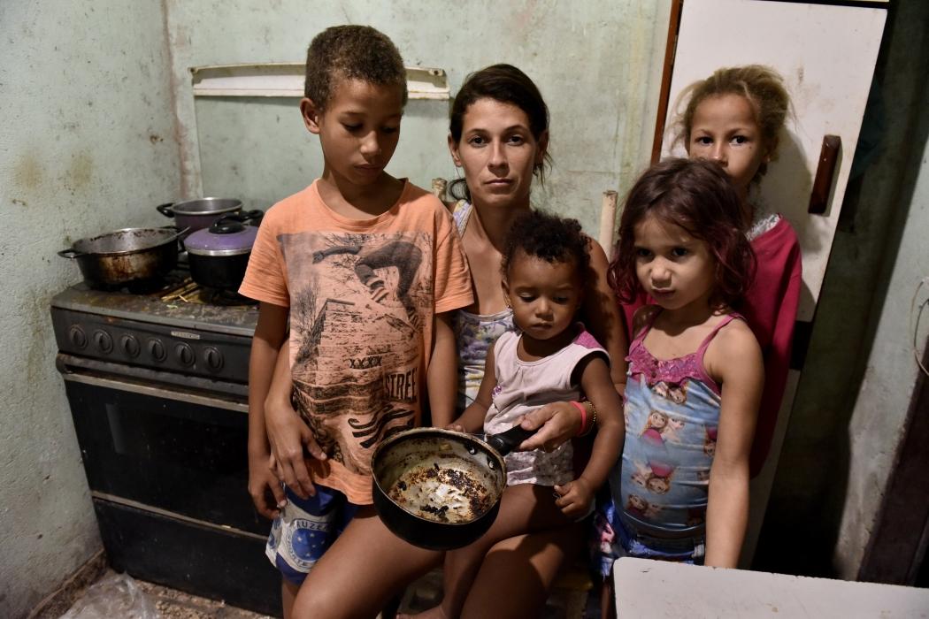 Desempregada há três anos, Rhayani Barbosa vive com os cinco filhos e muitas vezes não tem o básico para comer. Crédito:    Fernando Madeira