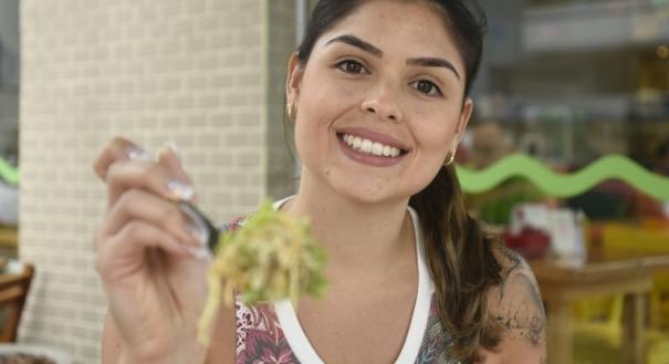 Carolina Lyrio, 27 anos, com salada, faz dieta anti-inflamatória
