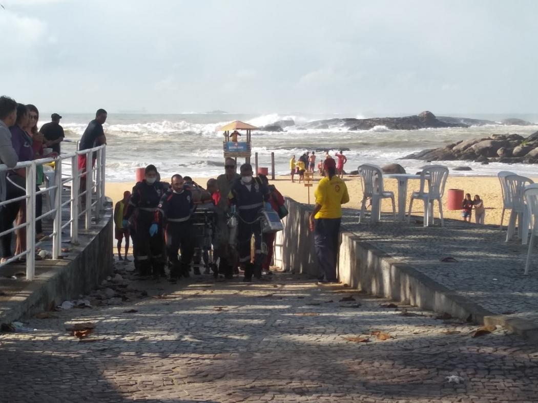 Idoso de 72 anos é resgatado após se afogar na Praia da Costa, em Vila Velha. Crédito: Fabrício Lima/PMVV
