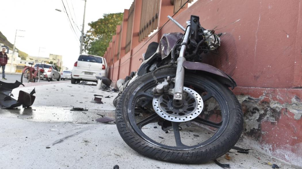 Acidente envolvendo um carro e uma moto na Avenida Leitão da Silva, em Vitória, neste domingo. Crédito: Fernando Madeira