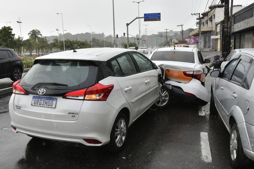 Oito veículos foram atingidos após acidente causado pelo jogador de futebol Felipe Canzian. Crédito:              Bernardo Coutinho