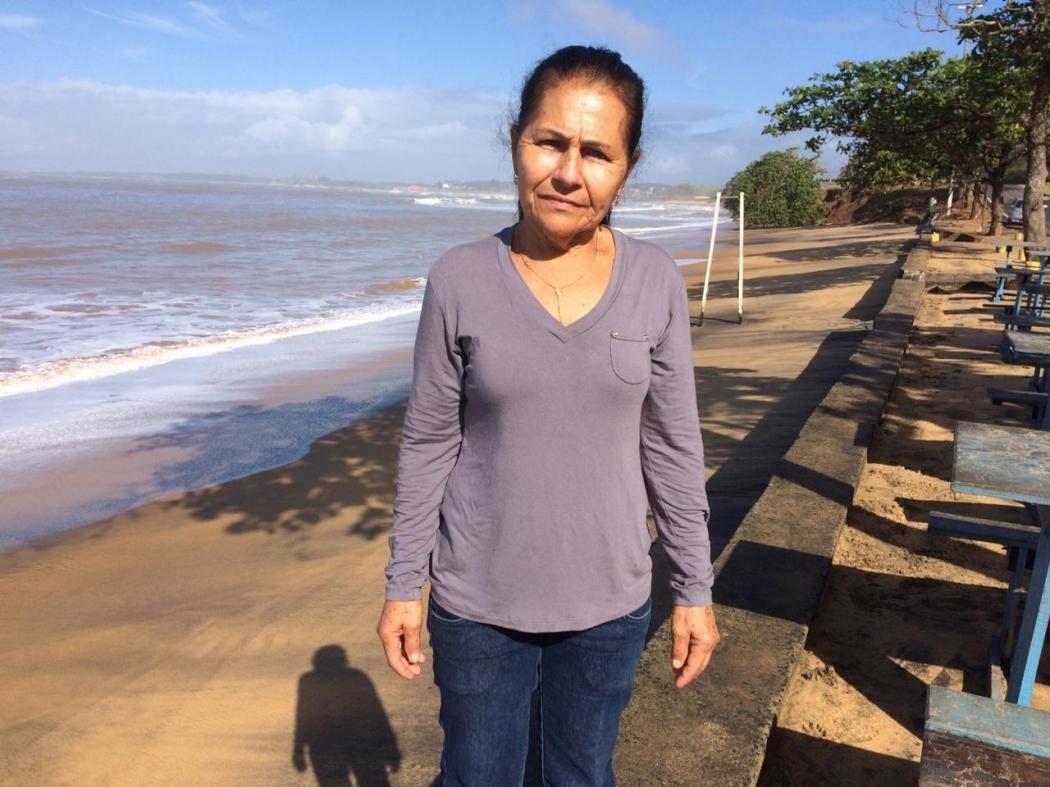 A comerciante Zelda mora em Meaípe há 57 e diz que o avanço do mar tem causado cada vez mais estragos à região. Crédito: Eduardo Dias