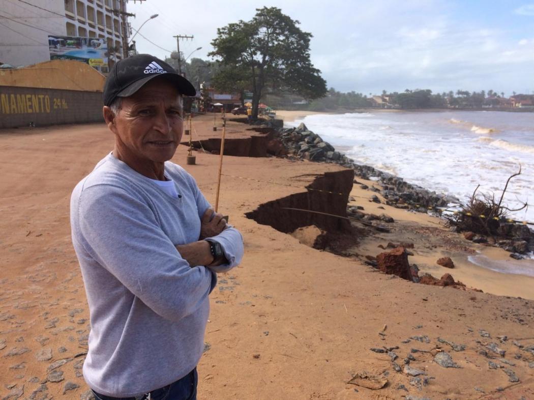 O comerciante Jailton Nascimento lamenta a erosão na praia de Meaípe, em Guarapari. Crédito: Eduardo Dias