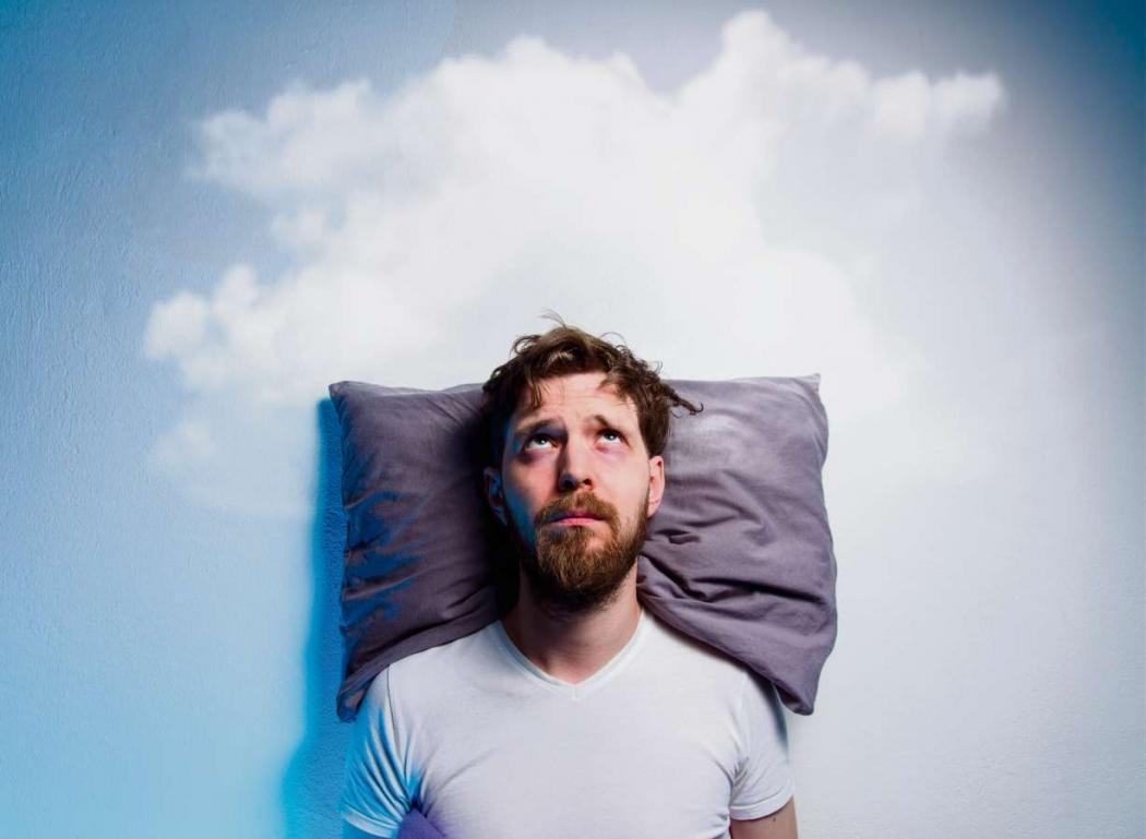 Homem com insônia, dormir, sono, problemas, depressão. Crédito: Shutterstock