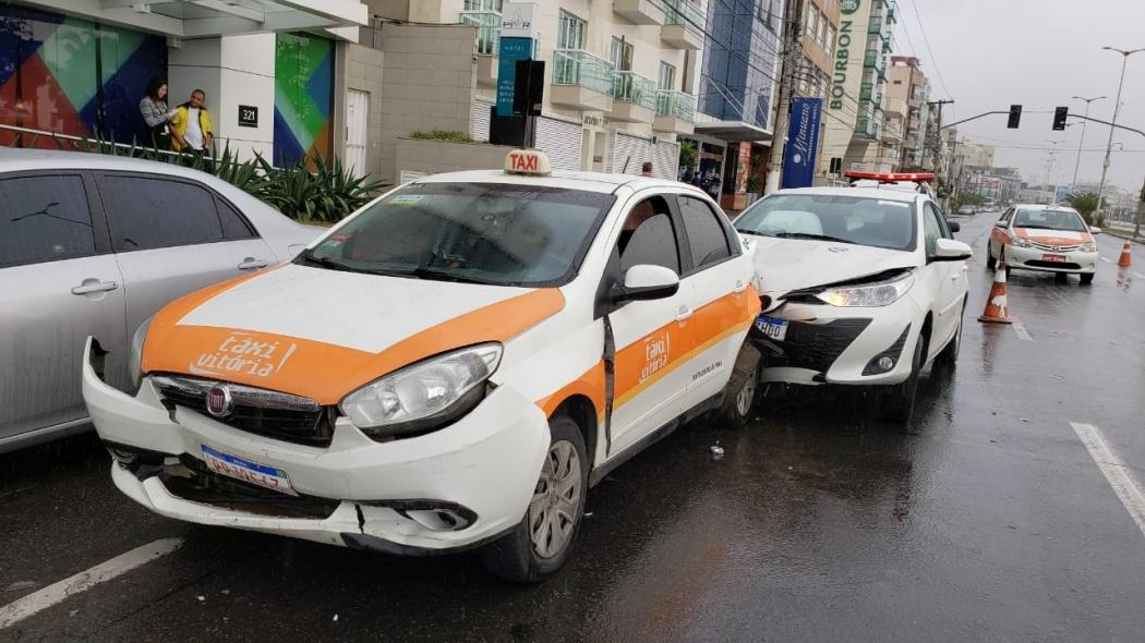 Motorista de 21 anos causa acidente entre nove veículos em frente a boate, em Vitória. O rapaz possui carteira de motorista registrada nos Estados Unidos, que não é válida no Brasil. Crédito: Bernardo Coutinho
