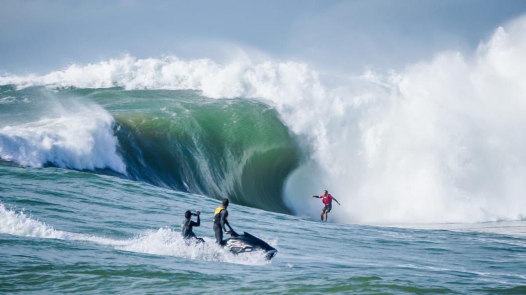Ondas gigantes foram registradas na Praia da Costa, em Vila Velha. As imagens, feitas pela equipe do surfista Lucas Medeiros, passaram por edição. Crédito: Gabriel Henriques Viana