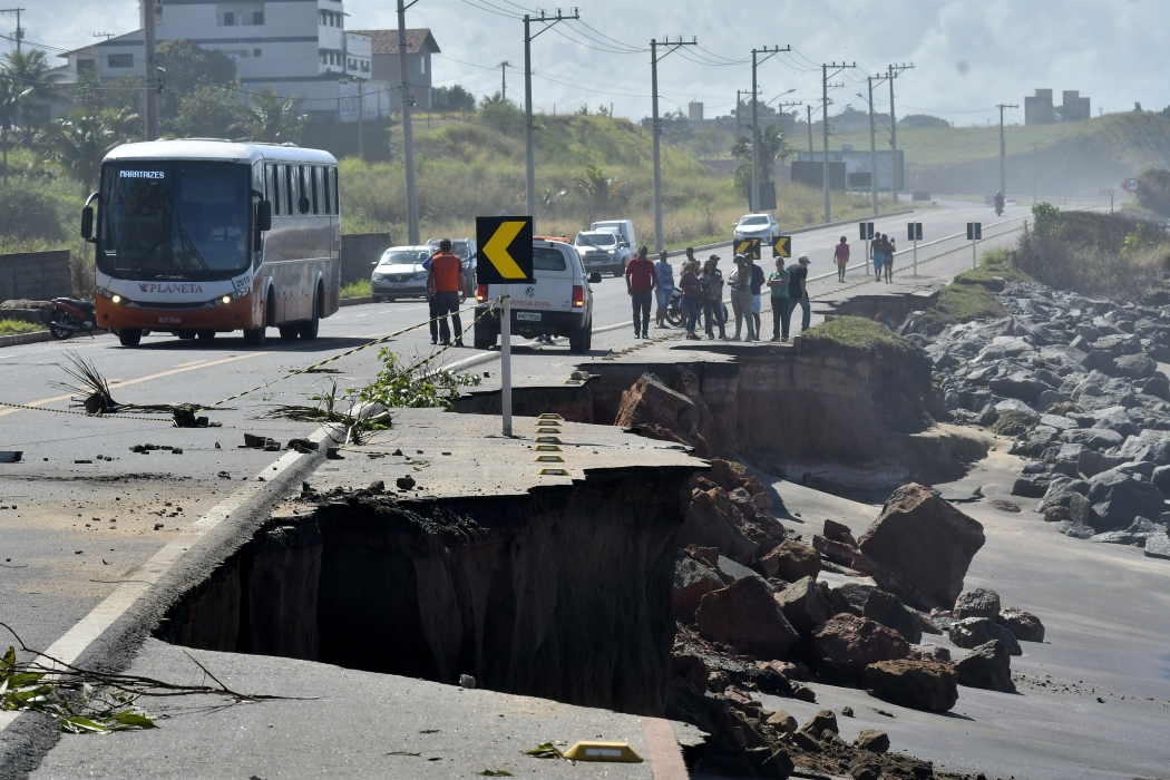 Força do mar destrói parte de rodovia em Meaípe. Crédito: Bernardo Coutinho
