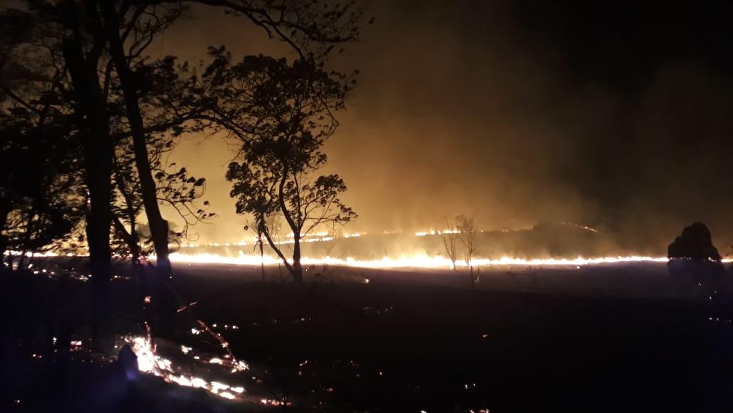 Incêndio de grandes proporções tomou vegetação próximo ao CDPCOL, em Colatina. Crédito: Corpo de Bombeiros