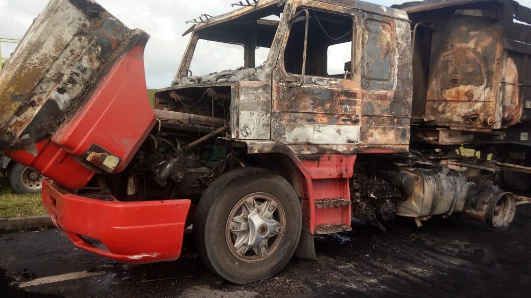 Carreta pegou fogo na altura do km 1 da BR 101, em Pedro Canário. Crédito: Corpo de Bombeiros