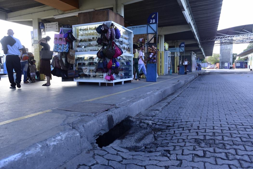 Em Carapina há  bueiro destampado e pista danificada. Crédito: Ricardo Medeiros