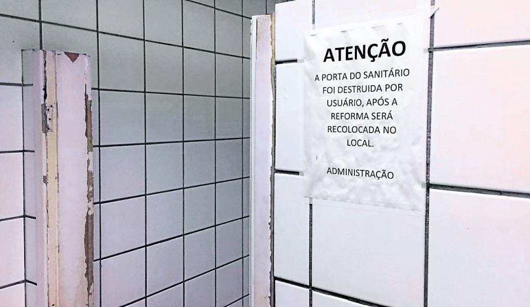 Banheiro do Terminal de Jardim América teve porta arrancada após a realização recente de manutenção. Crédito: Daniel Pasti