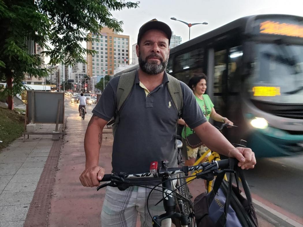 O pedreiro Edvaldo Lisboa fala sobre os riscos de passar entre os carros. Crédito: João Henrique Castro