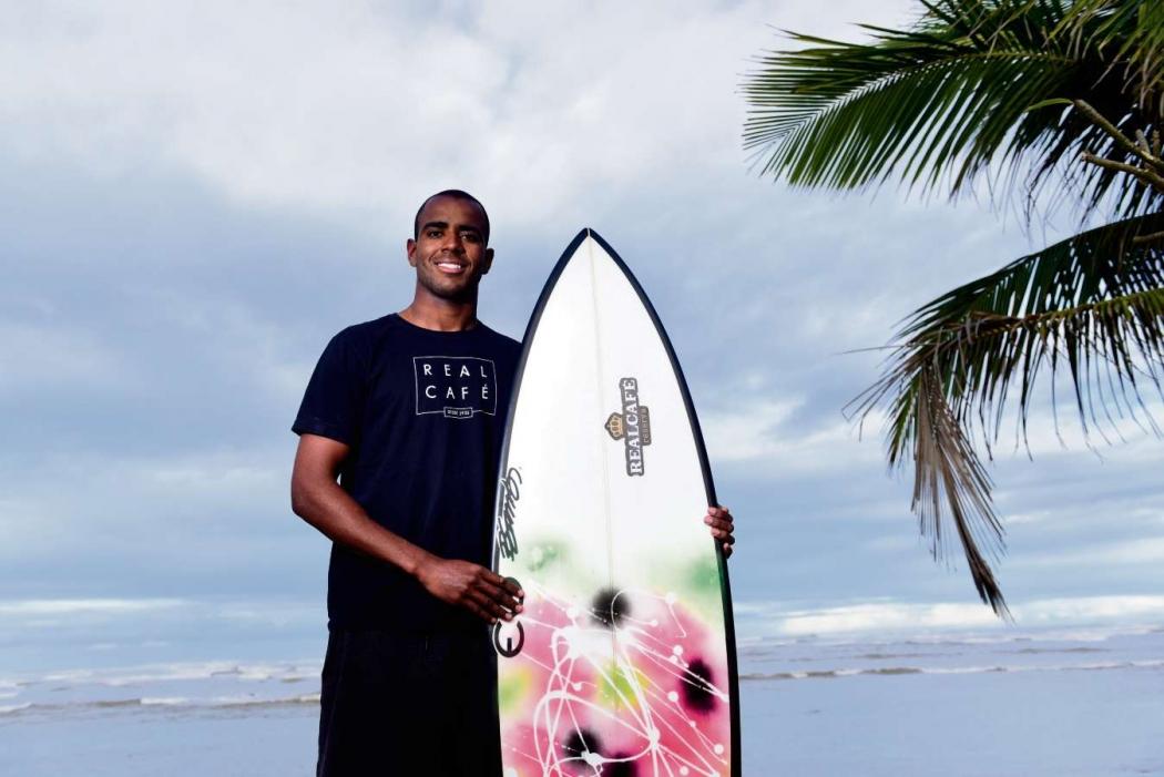 Lucas Medeiros, o surfista de ondas gigantes. Crédito: Ricardo Medeiros