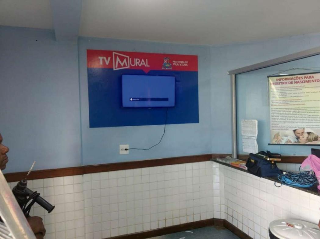 As televisões são instaladas na recepção das unidades de saúde. Crédito: Divulgação