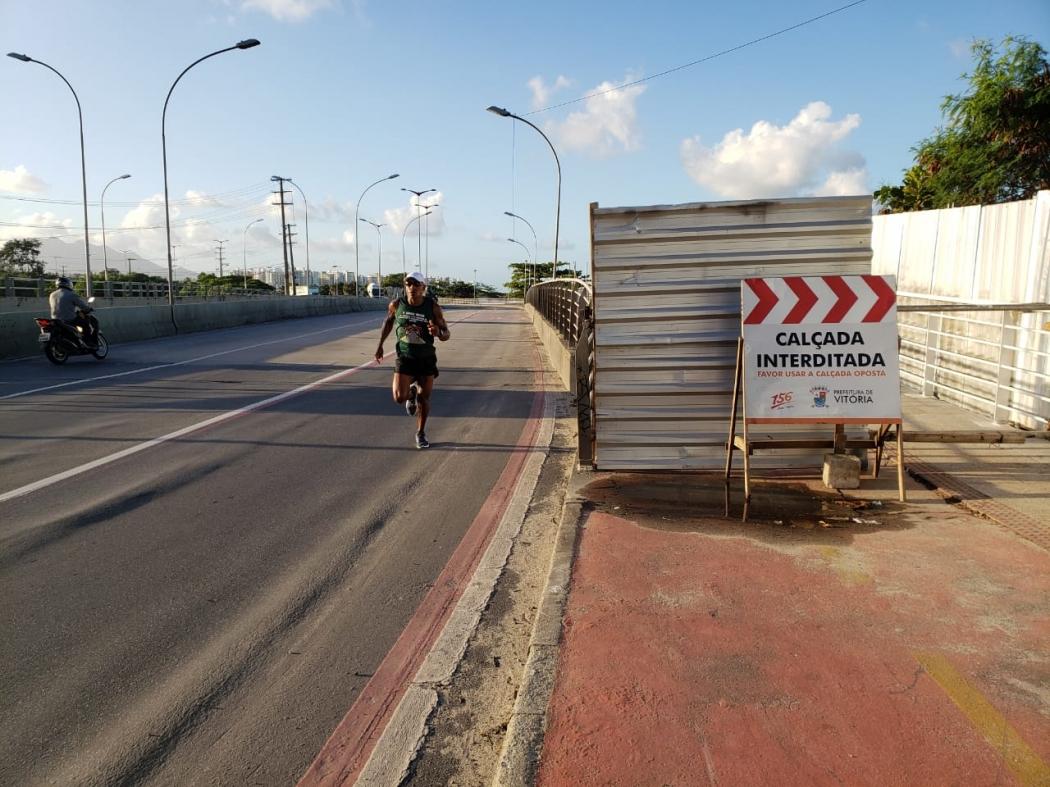 Pedestres se arriscam passando na pista de rolamento dedicada aos veículos. Crédito: João Henrique Castro