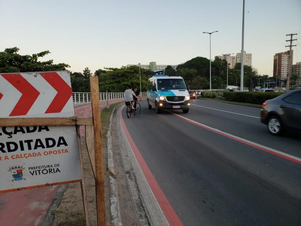 Ciclistas insistem em passar entre os carros correndo risco de acidentes. Crédito: João Henrique Castro