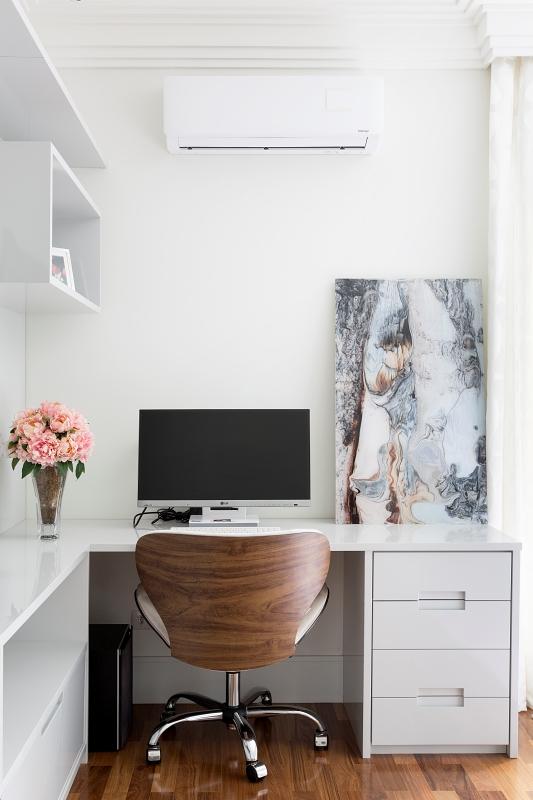 Neste projeto do Estúdio Cipó, o home office ganhou uma decoração sofisticada e minimalista . Crédito:  Julia Ribeiro