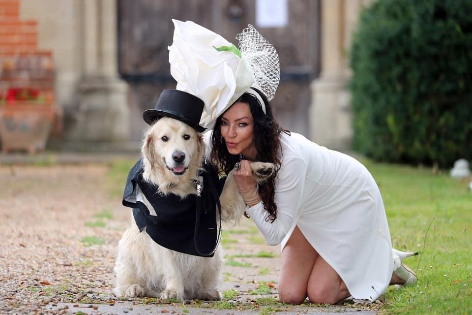 A ex-modelo Elizabeth Hoad e seu pet, o cachorro Logan. Crédito: Reprodução/Instagram @peopledigest