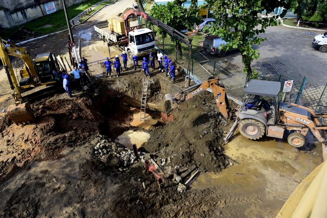 Os trabalhos de solda para reparar o furo na adutora duraram duas horas e meia. Cratera será fechada hoje. Crédito: Ricardo Medeiros