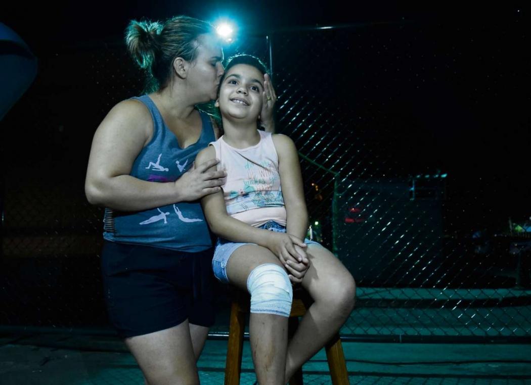 Maria Victória de Oliveira, 9 anos, levou um corte no joelho. Crédito: Carlos Alberto Silva
