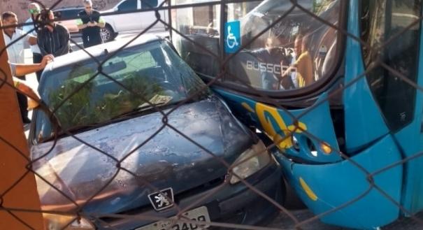 Colisão entre carro e ônibus não deixou feridos. Crédito: Internauta