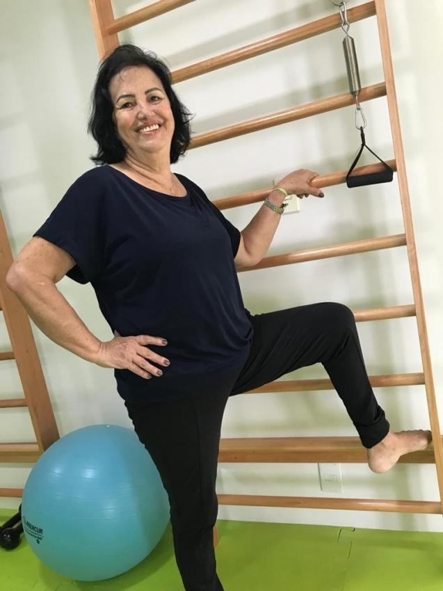 Dona Maria das Graças Mendes, de 71 anos, diiz que não sente mais dores no corpo: pilates em pequenas doses. Crédito: Merinha Braga