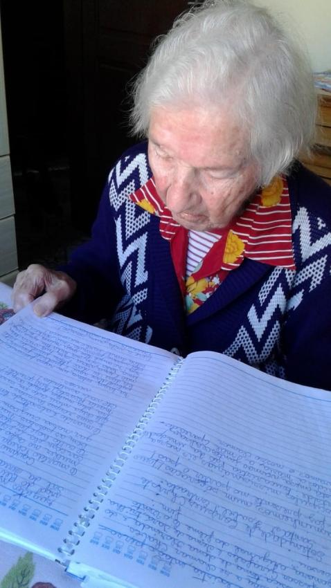 Idosa de Domingo Martins completa 100 anos lendo e escrevendo poesias e indo ao forró. Crédito: Arquivo pessoal