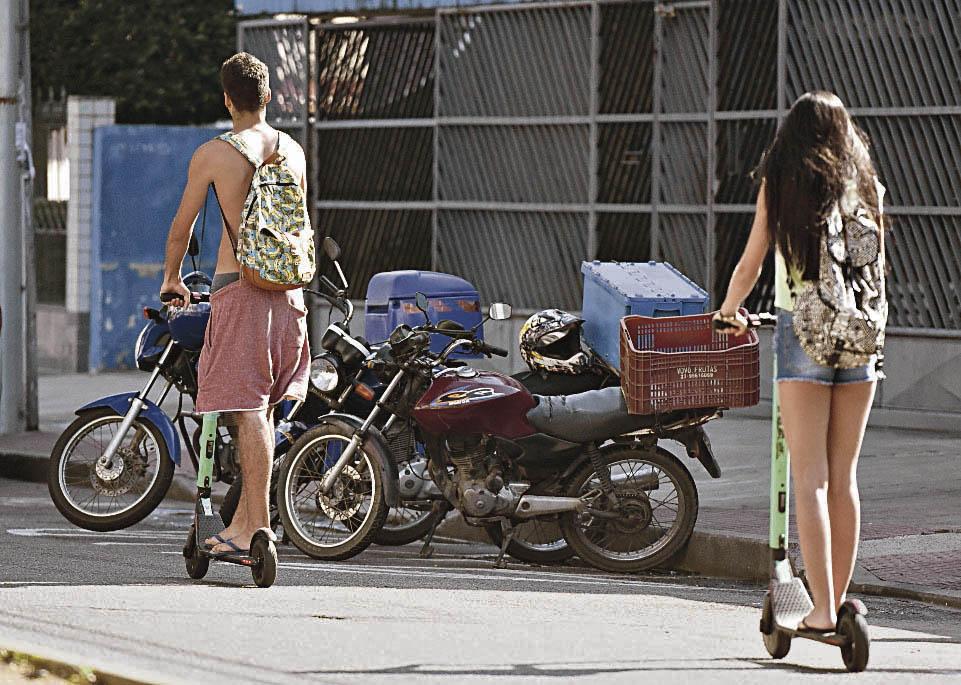 Usuários circulam no meio da rua com patinetes elétricos em Jardim da Penha. Crédito: Carlos Alberto Silva