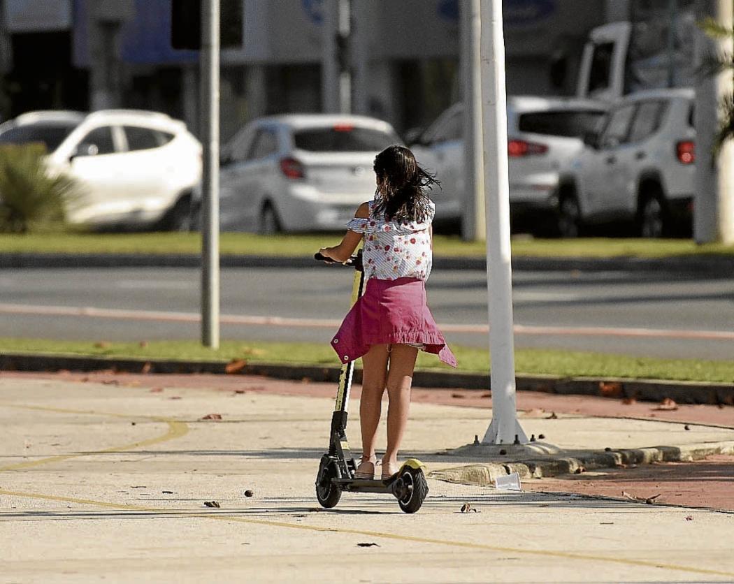 Crianças usam patinete em Camburi. Além de ser proibido para menores de 16 anos, o veículo não deve ser usado por mais de uma pessoa. Crédito: Vitor Jubini