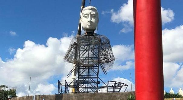 O corpo e a cabeça do buda foram içados nesta terça-feira (30); de acordo com o mosteiro, esta é a maior estátua de Buda do Ocidente. Crédito: @mosteirozen | Instagram