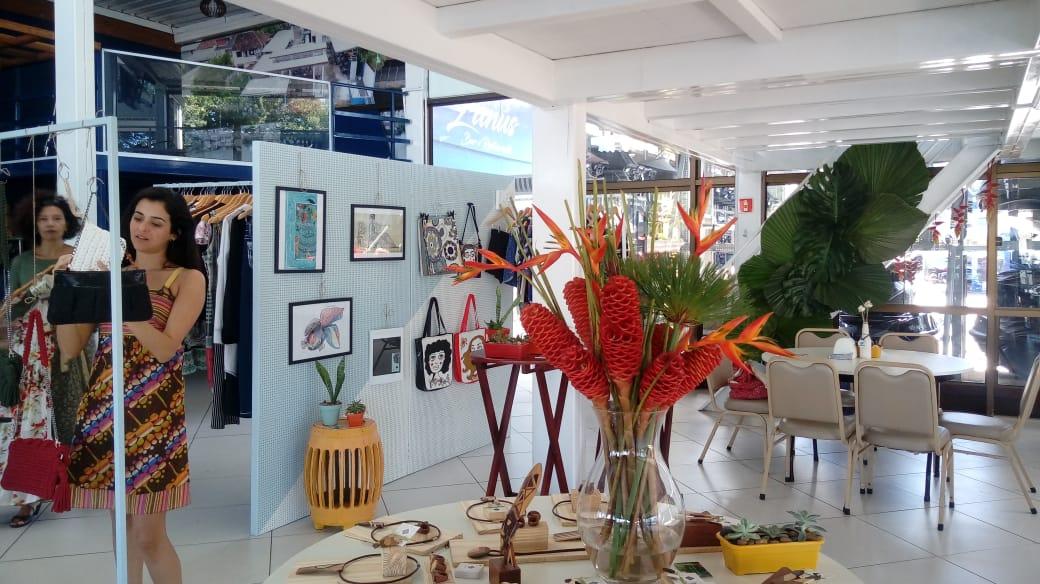Cena da primeira edição do Mercado Gávea, evento coletivo de artistas em Jardim da Penha, bairro de Vitória. Crédito: Eugênia Brosseguini/Divulgação