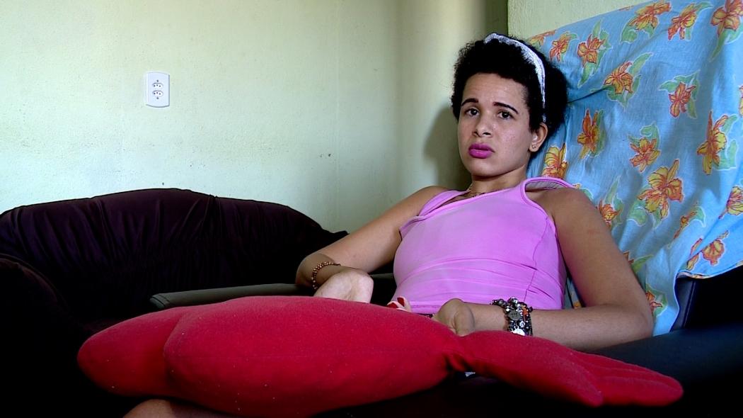 Simone Fagundes Ribeiro, de 21 anos, ficou tetraplégica após os tiros do ex-marido. Aos poucos, ela recupera o movimento dos braços. Crédito: Reprodução | TV Gazeta Noroeste