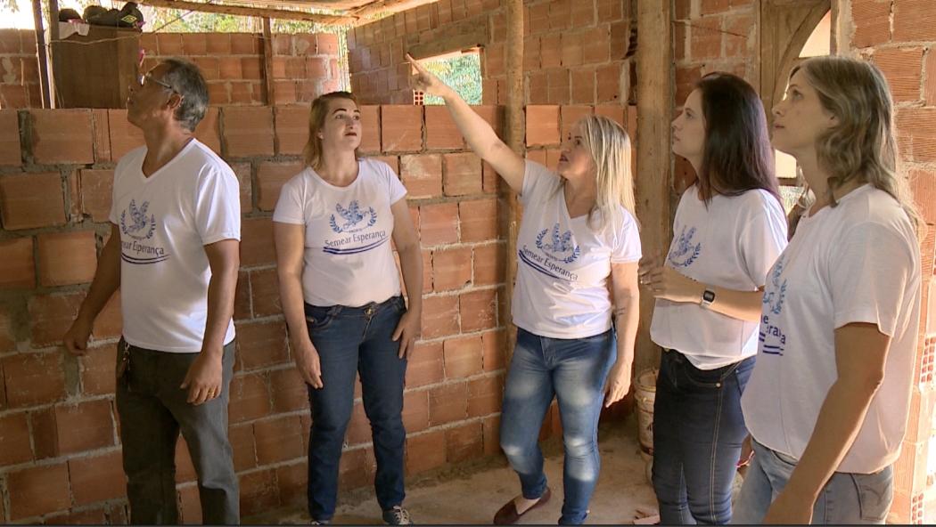 Voluntários que estão ajudando a família do pedreiro em Cachoeiro. Crédito: TV Gazeta Sul