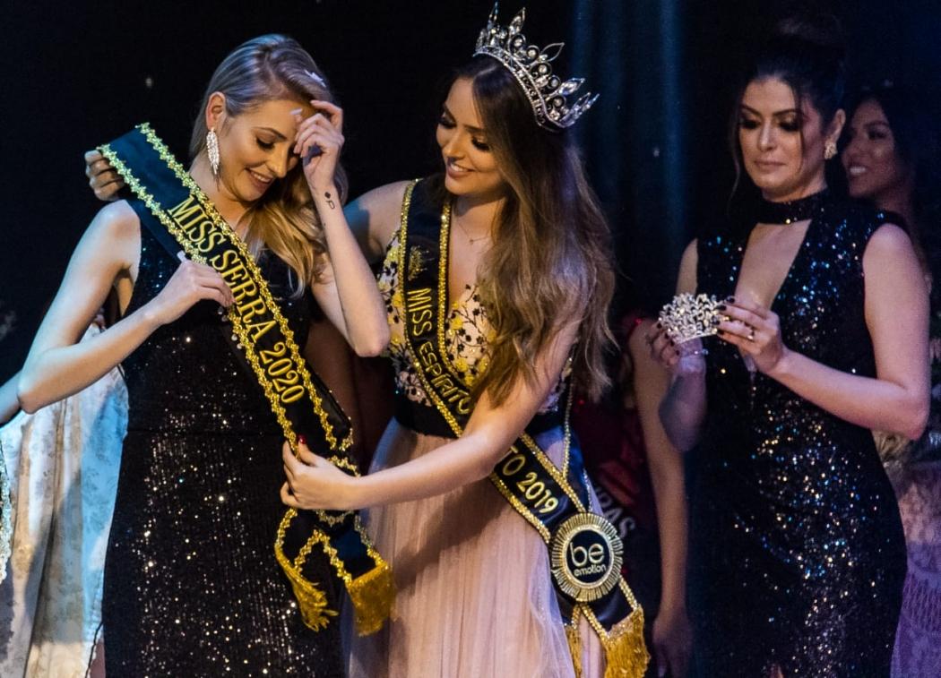 A Miss Serra 2020, a modelo Lara Armani, é coroada pela Miss Espírito Santo 2019, a arquiteta Thainá Castro; ao lado, a coordenadora do Miss Espírito Santo, Nabila Furtado (de preto). Crédito: Ricardo Galvão