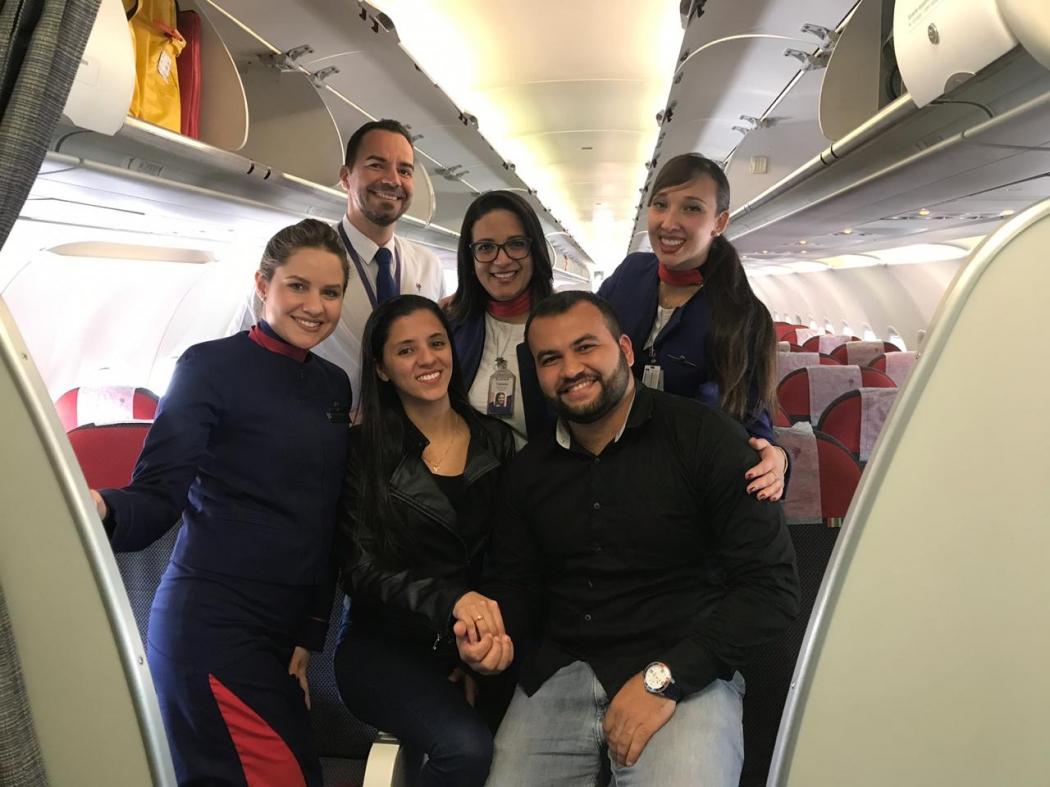 Wesley contou com a ajuda das aeromoças para pedir a namorada Joice em casamento durante um voo. Crédito: Divulgação/Arquivo Pessoal