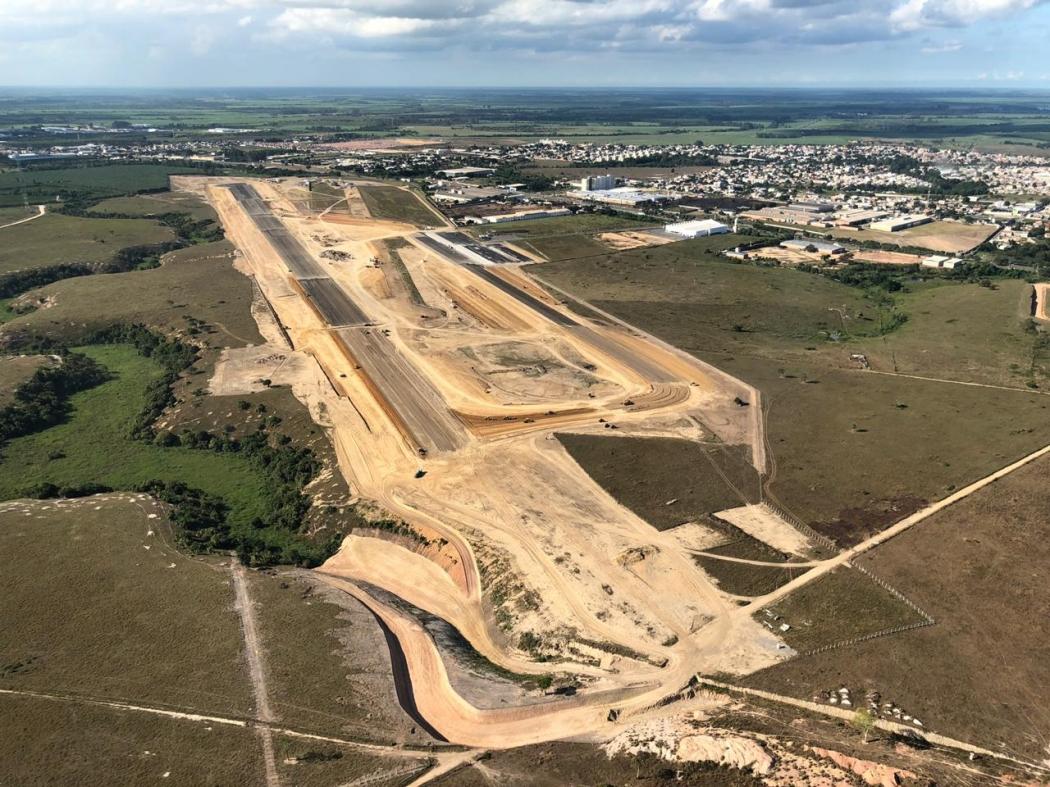 Fotos aéreas mostram evolução das obras na pista do novo Aeroporto de Linhares. Crédito: Prefeitura de Linhares/Divulgação