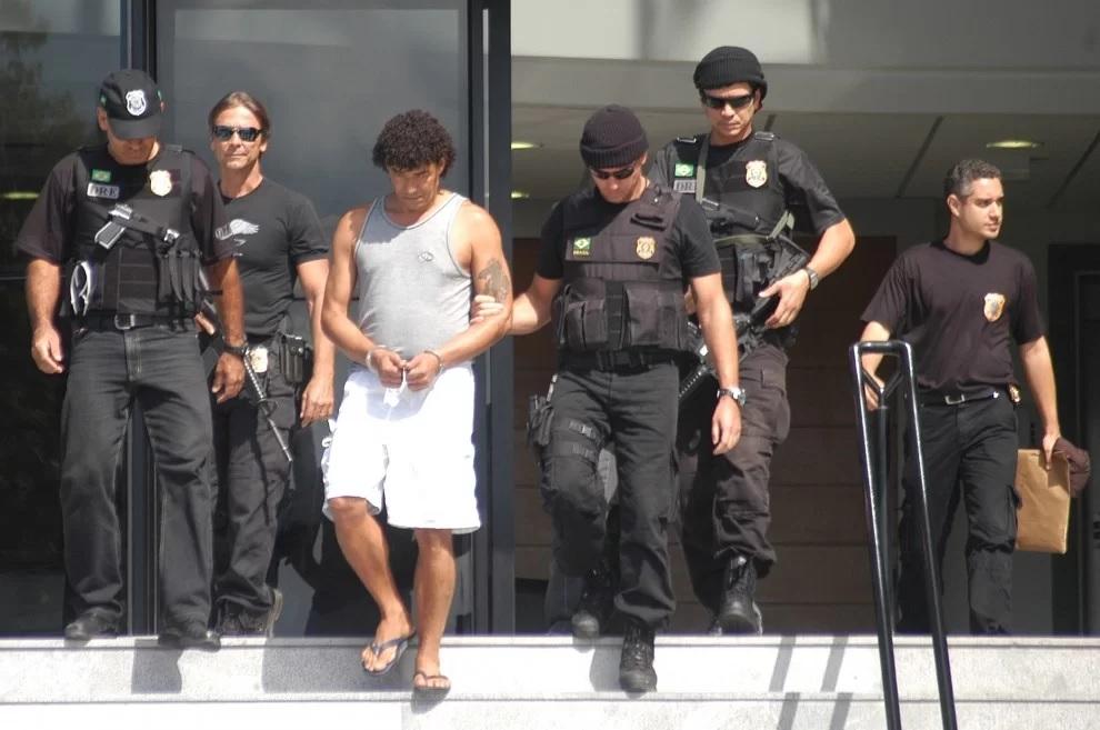 José Antônio Marin, o Toninho Pavão, sendo levado para a sede da Polícia Federal, em 2006, para prestar esclarecimentos. Crédito: Gildo Lyola/Arquivo
