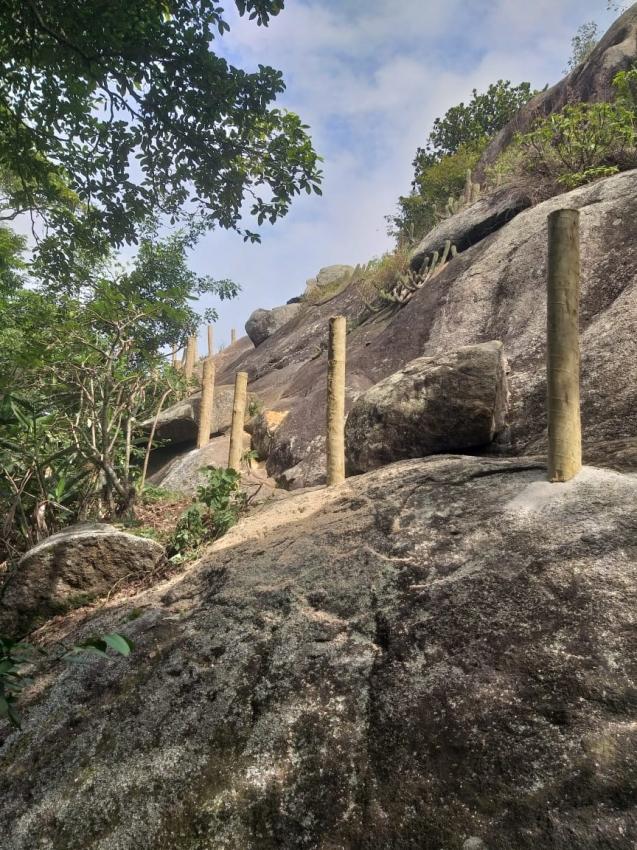 Corrimões já começaram a ser instalados no Morro do Moreno. Crédito: Jonathan Baifus