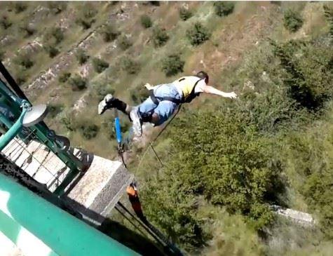 Youtuber morre ao pular de paraquedas e cair em fábrica de cimento (imagem de outro vídeo em que o youtuber praticava saltos). Crédito: Reprodução/YouTube