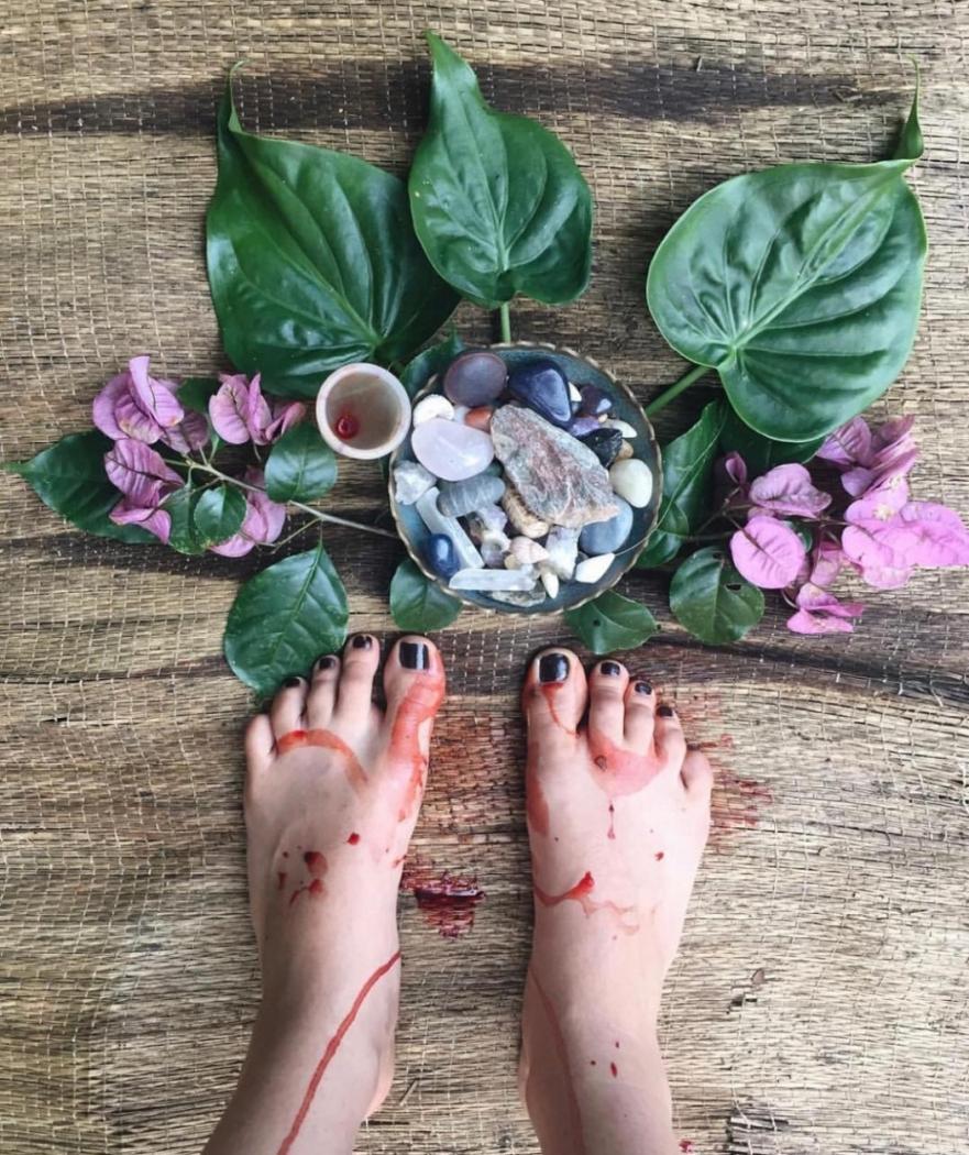 Ingrid entende a menstruação também como um momento de celebração. Hoje ela planta a sua lua, e afirma que nesse período tem mais compaixão consigo mesma . Crédito: Ingrid da Hora/ Reprodução Instagram @imix_akbal