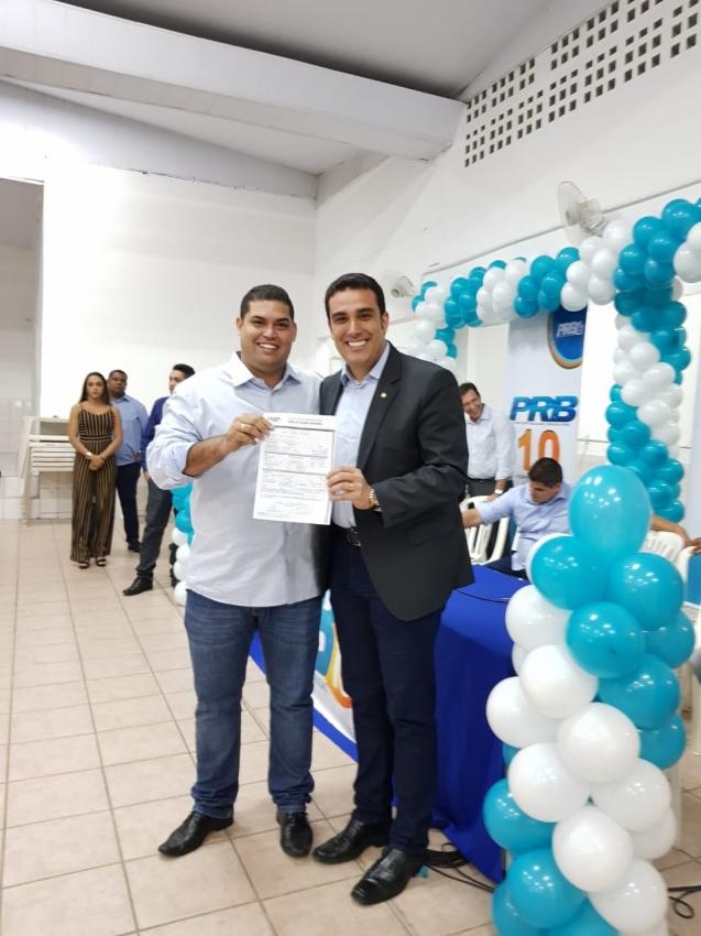 Pedro Henrique Barbosa, ao lado de Erick Musso, assume a Executiva da Comissão Provisória Municipal do PRB da Serra. Crédito: Letícia Gonçalves