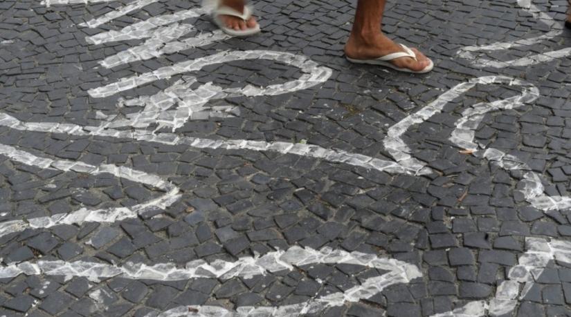 Rio de Janeiro - Campanha contra homicídios de jovens negros pinta centenas de silhuetas de corpos no chão do Largo da Carioca (Arquivo)