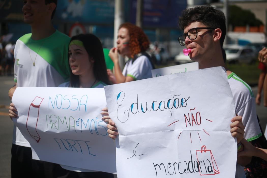 Estudantes protestam contra corte de verbas e reforma da previdência em Linhares, no Norte do Estado. Crédito: Internauta/Gazeta Online