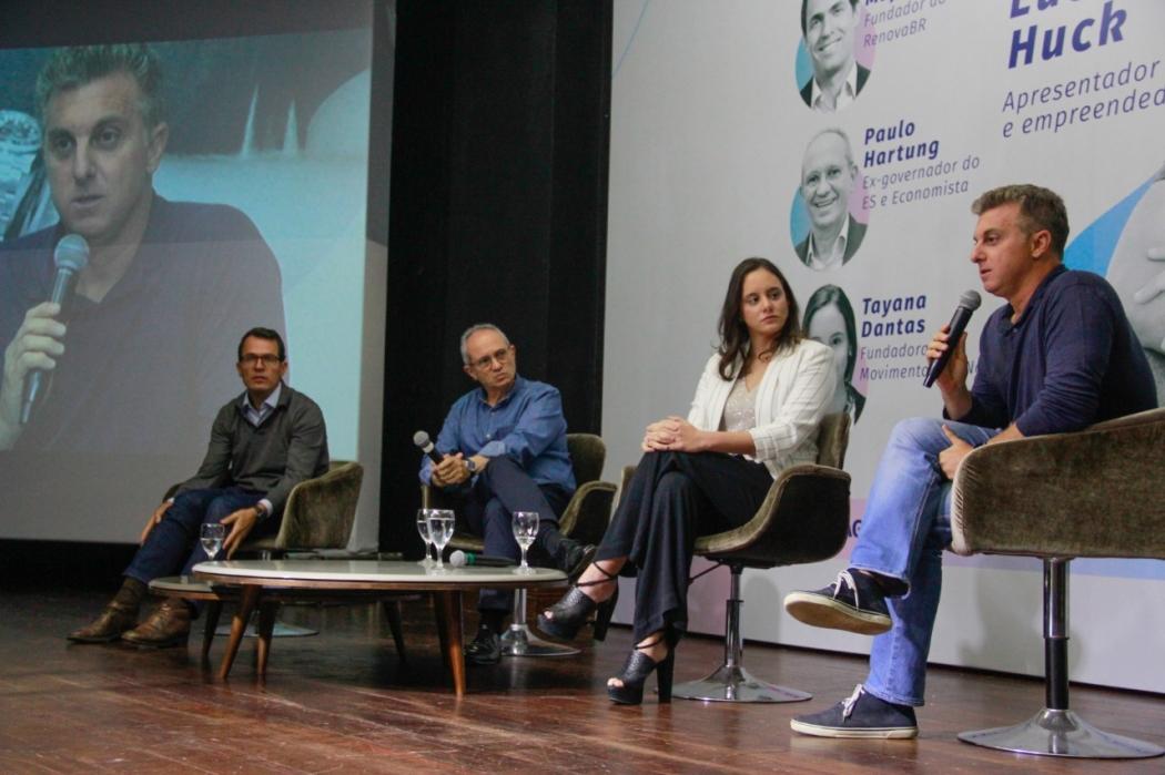 Eduardo Mufarej, fundador do RenovaBR, com Paulo Hartung, Tayana Dantas e Luciano Huck em Vila Velha. Crédito: Leo Duarte