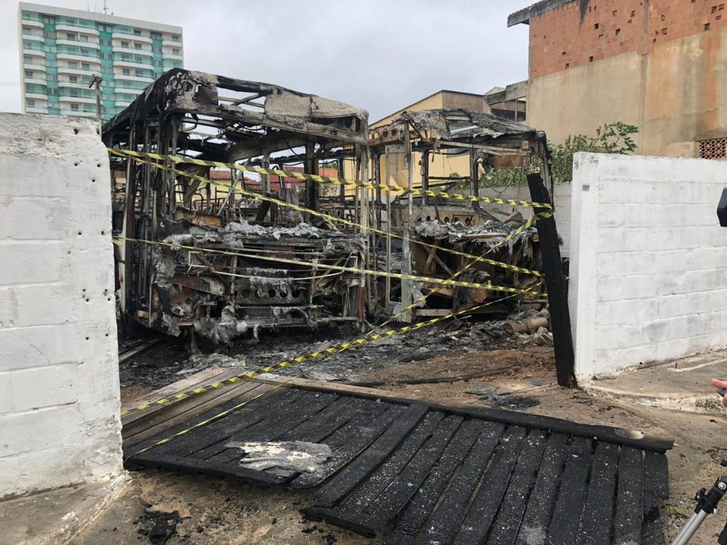 Incêndio destrói dois ônibus em Marataízes. Crédito: Internauta Gazeta Online