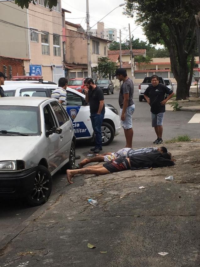 A dupla tentou levar a moto, porém acabou surpreendida pela ação do garçom, proprietário da motocicleta, que ajudado por um segurança, conseguiu imobilizá-los