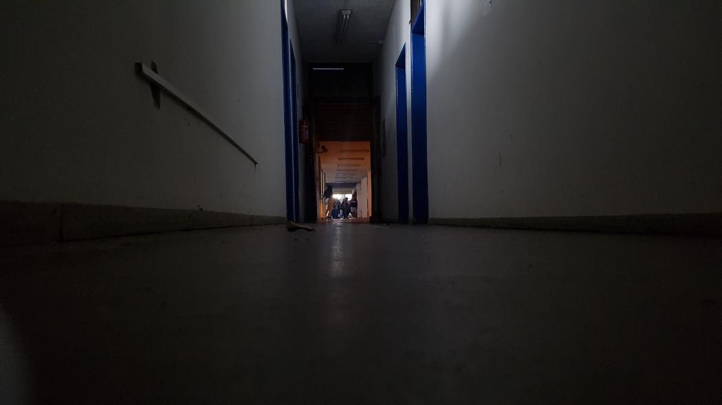 Corredor sem luz na Universidade Federal do Espírito Santo. Crédito: Caíque Verli