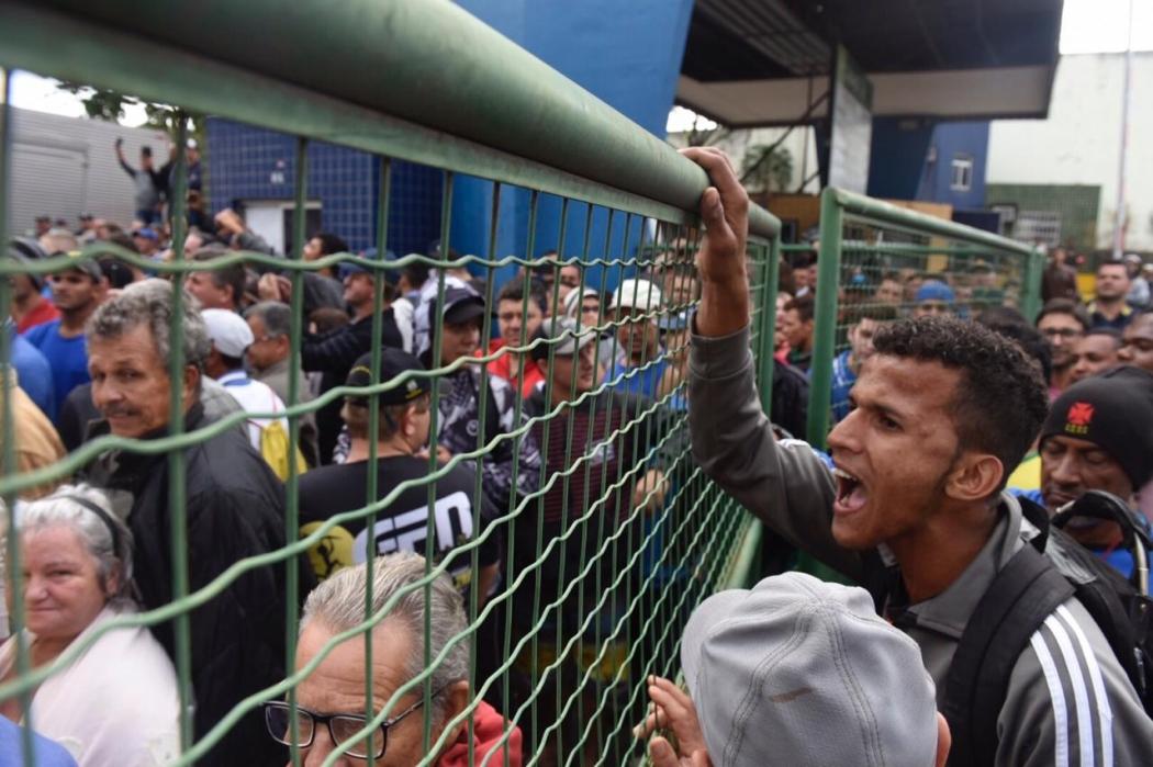 Manifestantes protestam em frente a Ceasa. Crédito:              Vitor Jubini