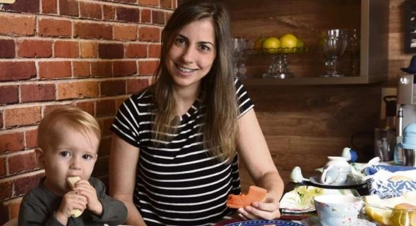 Karla Lugon e o filho Bento: frutas, legumes e verduras não faltam no prato do menino