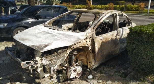 Carro incendiado por uma mulher na Serra